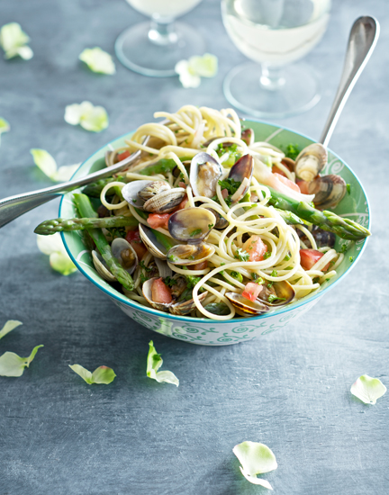 Spaghetti vongole with asparagus
